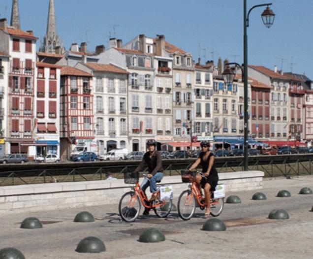 64 – Bayonne – les vélos oranges